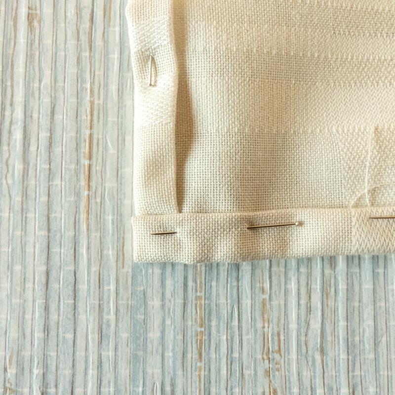 mostrar cómo hacer el dobladillo de un mantel o servilleta de tela